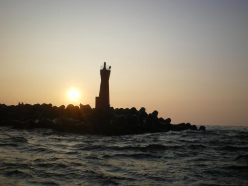 朝日の赤灯台