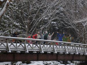 6雪の中の橋上