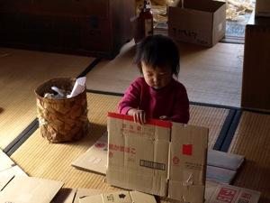 1ダンボール箱を片付けるKAN太