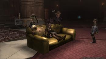 館のソファ