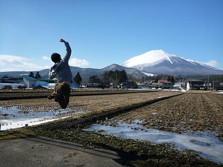 平笠の田んぼ02(2013.3.15)ジャンプ!
