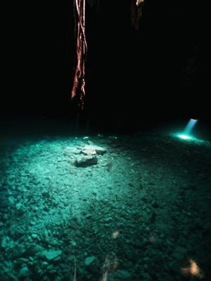 メリダのセノーテ光の柱とカナヅチ
