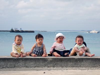 パイナガマビーチに腰掛ける赤子たち