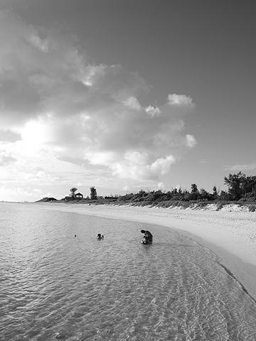 宮古島 前浜ビーチ 水遊びをしているご家族
