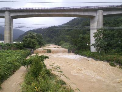 増水する角間川(25.9.16)