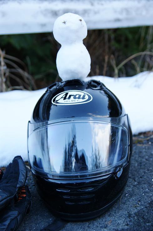 ヘルメットの上の雪だるま君