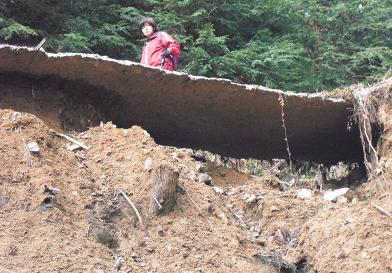 土砂崩れの道