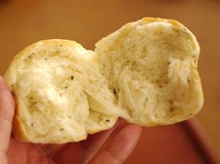 ぽっこり可愛いバジルの簡単パン00