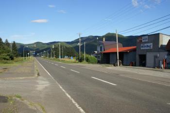駅前から国道を望む