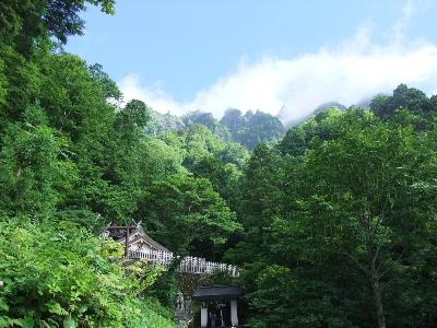 戸隠神社ー奥社の屋根と山々