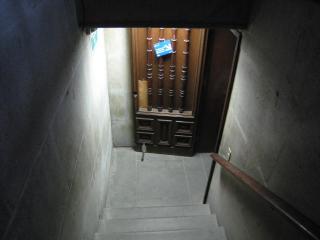 地下への階段。