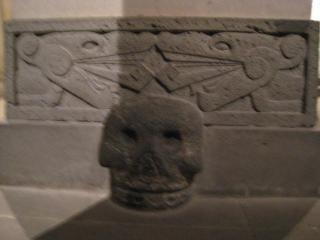アステカ時代の頭蓋骨の祭壇