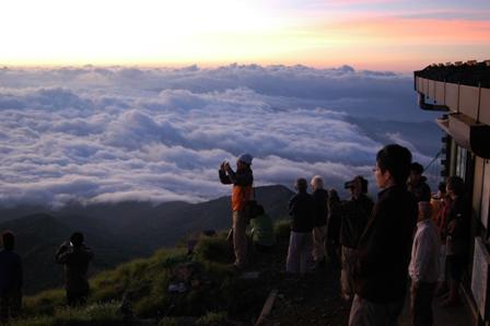 20110812-赤岳朝焼け見物人