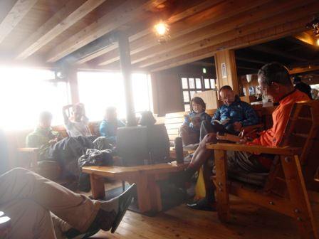 20110817-9 穂高岳山荘談話室でくつろぐ人々
