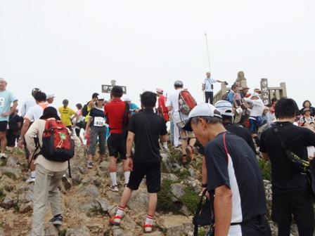 20100828-09 山頂人ごみ