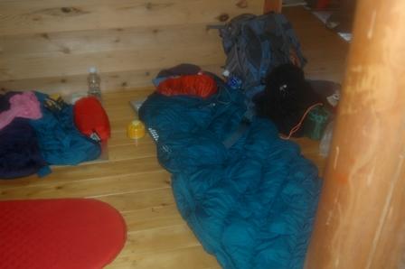 20110923_10到着2ヒュッテ2F寝床準備