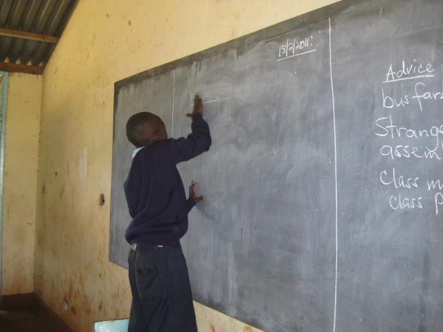授業前に黒板を率先して掃除する生徒