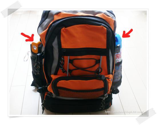 防災防災外側メッシュポケットには、防災ラジオと消化スプレーを入れます。