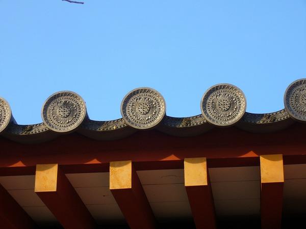 朱雀門の横の瓦