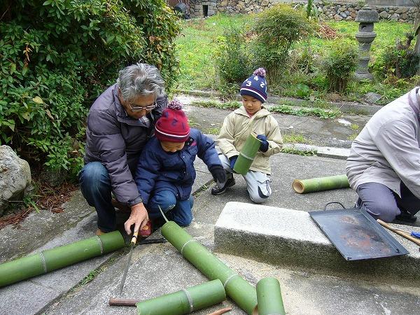 竹を切って、