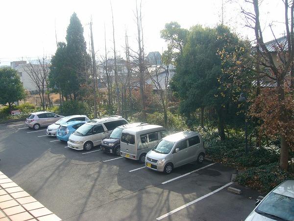 病院の窓から駐車場東