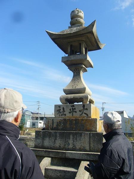 太平社の石灯籠