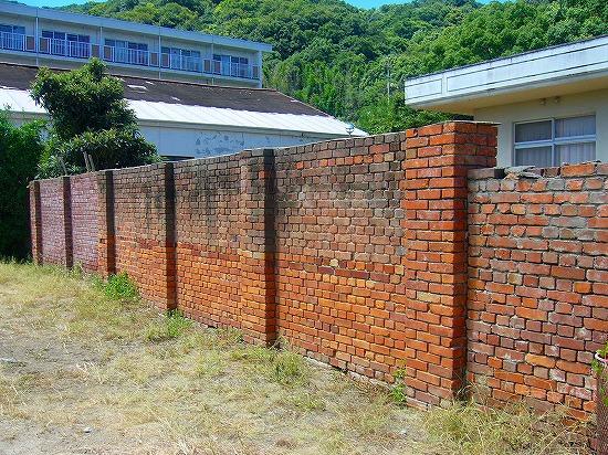 当事のままのレンガ塀