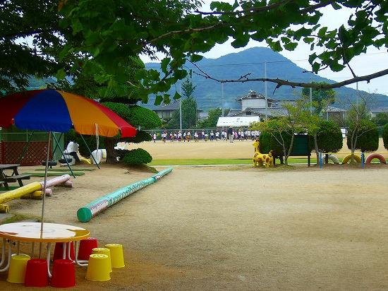 園から小学校の運動場