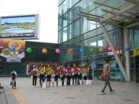 ソウル駅では女の子が何かの宣伝