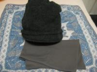 帽子と腹巻き。どっちもグレー。下のハンカチも別の方からの贈り物