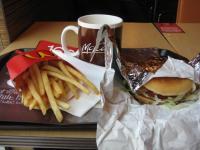 昼はマックの上海チキンバーガー。ピリ辛
