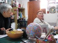 先生(左)と朋美さんは一緒に髪を切ったそうな・・