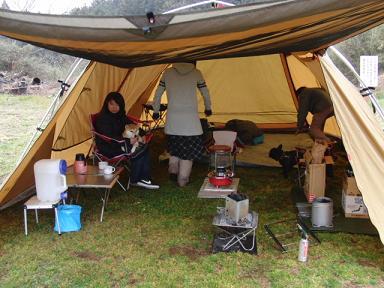 テントの中は大忙し!
