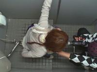 【無修正】酔った娘をトイレでバックで突いて中出しサービス