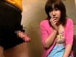 【動画】何にも知らないウブな少女がち○こを凝視