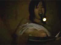 段腹熟女 【フケ専・デブ専・熟女】:懐中電灯咥えながらお姉ちゃんが押し入れで猛然とオナニー!