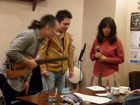 g村山義光講師とボーカル受講者に協力するギター受講者