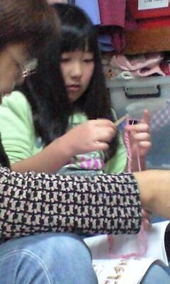 091122編み物初体験実織とおばあちゃん