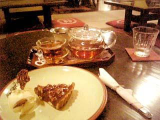 cafe紅 クルミのカラメルタルト+ハマナス紅茶