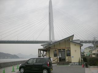 自転車ラックのあるカフェ。バックは生口橋