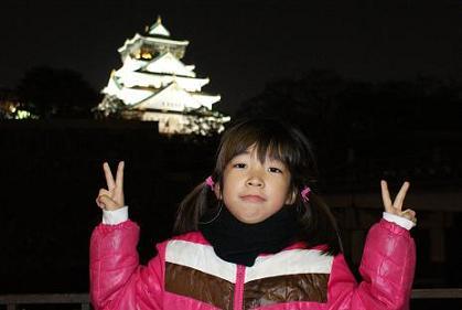 大阪城をバックに