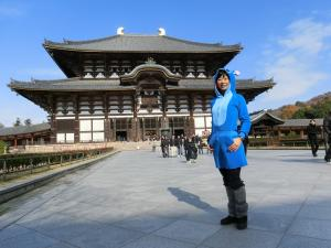 奈良東大寺前でモデル立ち