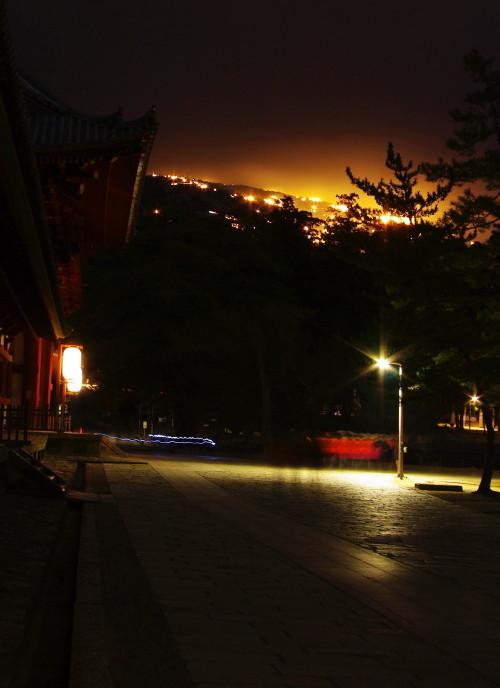 東大寺中門と若草山