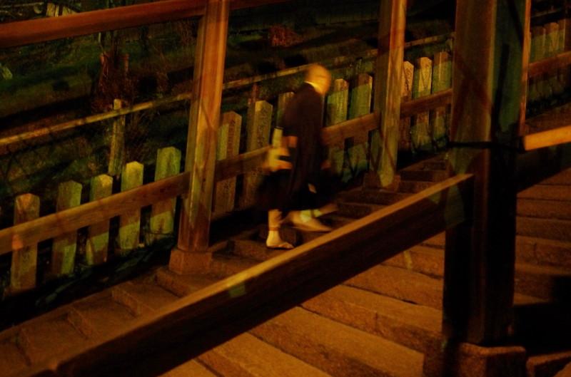 二月堂から 登廊の僧