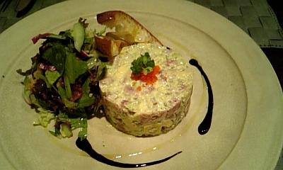 マグロとホタテ貝柱、アボガドのタルタル くるみのサラダ添え