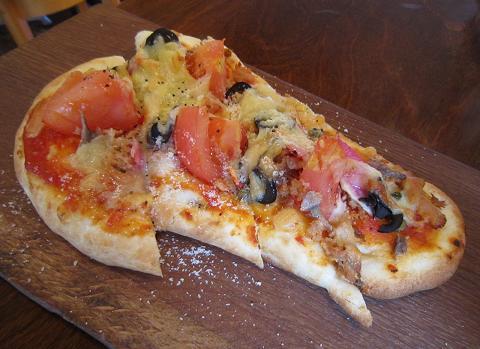 トマトときのこのナンピザ