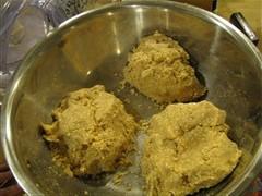 つぶした大豆と麹、塩をよく混ぜる