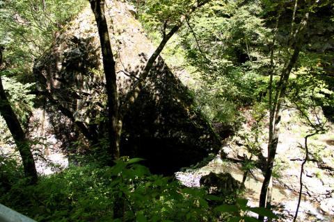 巨大な岩が川べりに突き刺さってました