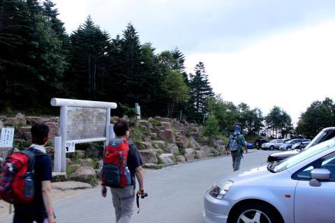 登山者が多く、駐車場も車がたくさん