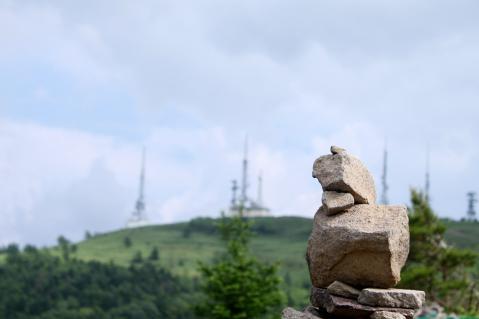 山岳信仰の名残。石が積まれている。